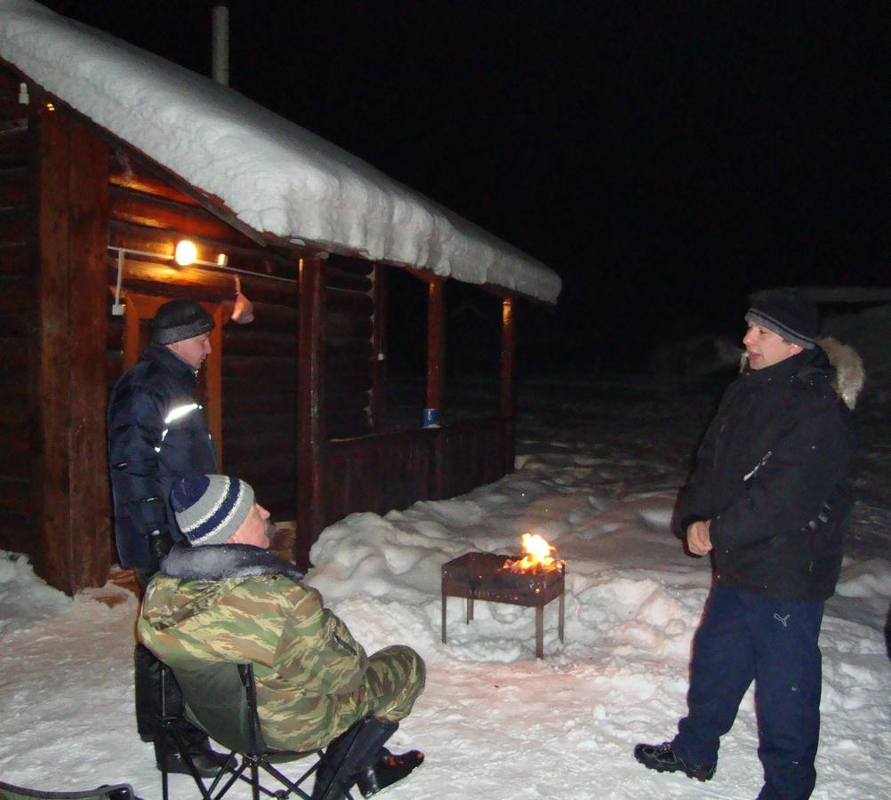 Вечерние посиделки возле мангала