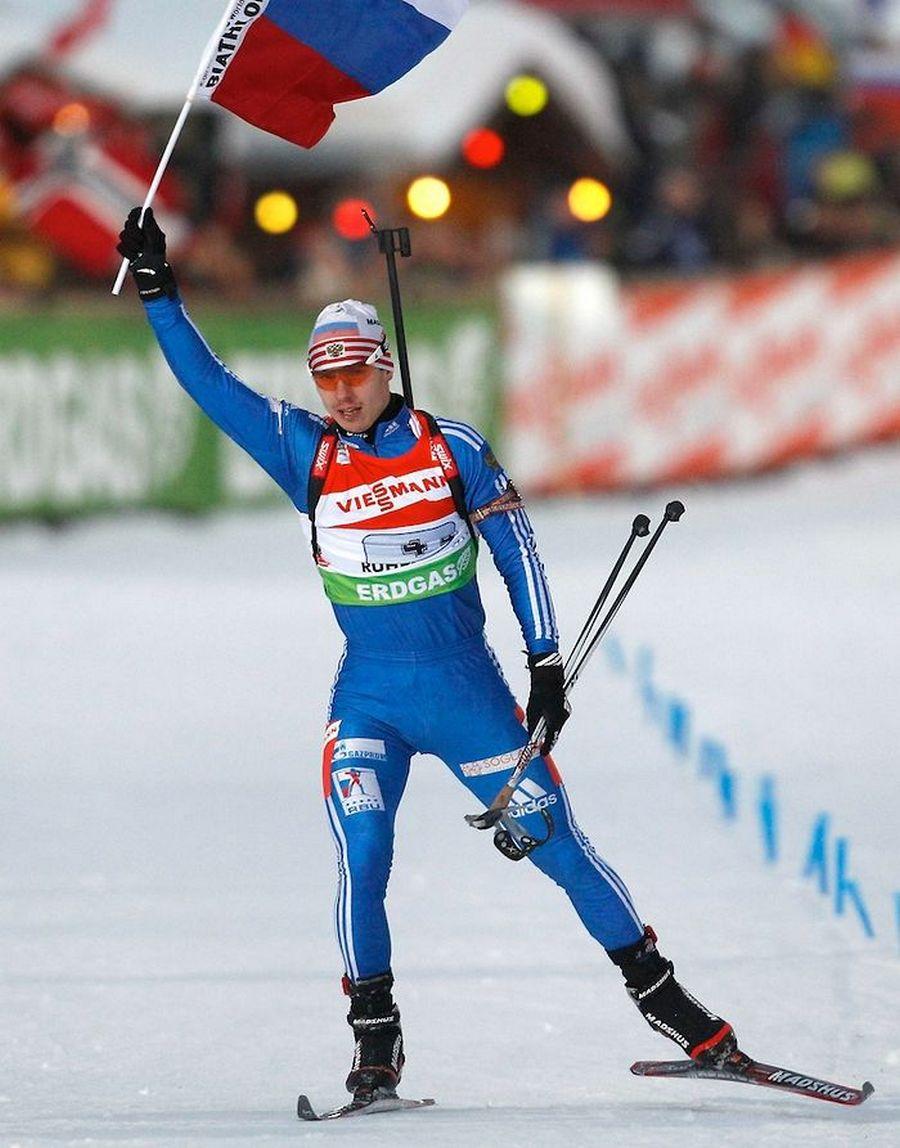Евгений Усюгов победно финиширует с российским флагом
