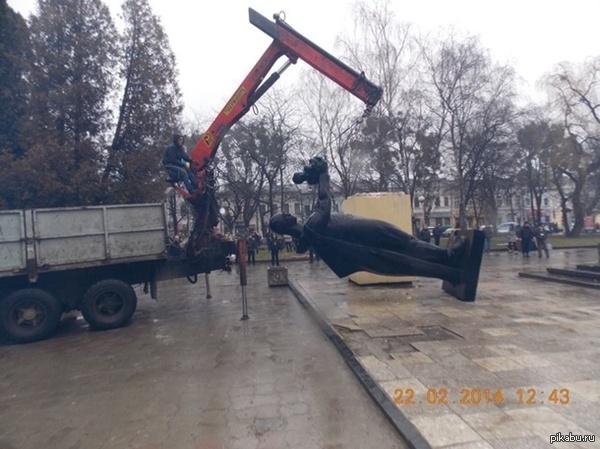 Под Львовом снесли памятник Советскому солдату