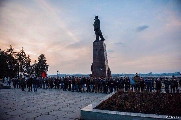В Запорожье народ защищает памятник Ленину